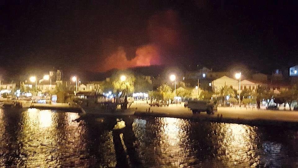 Η φωτιά όπως φαινόταν χθες το βράδυ από το λιμάνι της Καμαριώτισσας, με την κινητοποίηση των δυνάμεων του νησιού.
